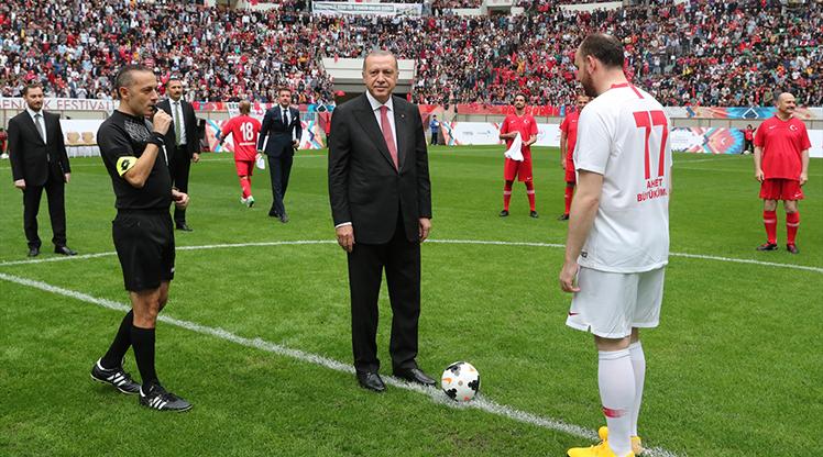 Şöhretler maçının başlama vuruşu Cumhurbaşkanı Erdoğan'dan