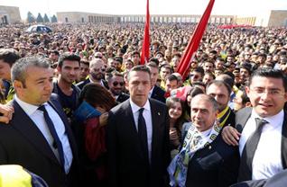Fenerbahçe Başkanı Ali Koç ve yöneticiler ile sarı lacivertli taraftarlar, Ulu Önder Gazi Mustafa Kemal Atatürk'ün ebediyete intikal edişinin 80. yılında Anıtkabir'e akın etti. Galatasaray derbisinde hayatını kaybeden taraftarımız Koray Şener'in ailesi de törene katıldı.