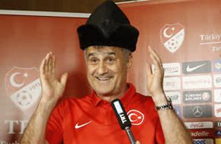 A Milli Futbol Takımı Teknik Direktörü Şenol Güneş, Belek Turizm Merkezi'ndeki bir otelde basın toplantısı düzenledi. Güneş, toplantı öncesi gazetecilerle doğum gününü kutladı.