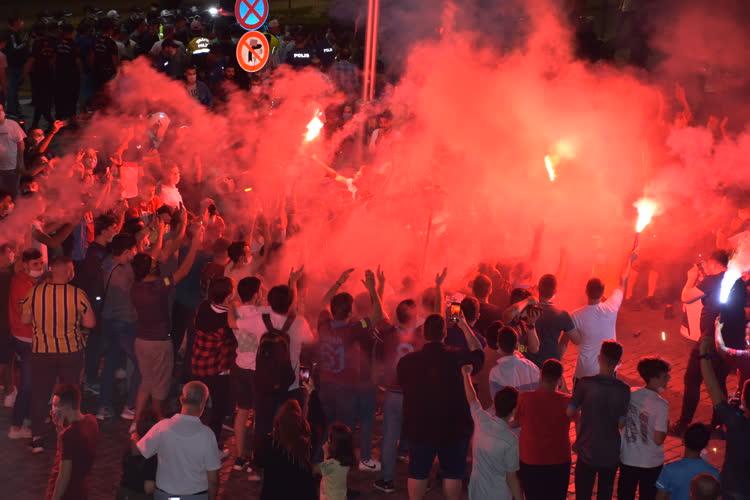 Trabzonsporlu taraftarlar, takımlarının Ziraat Türkiye Kupası'nı kazanmasını coşkuyla kutladı.